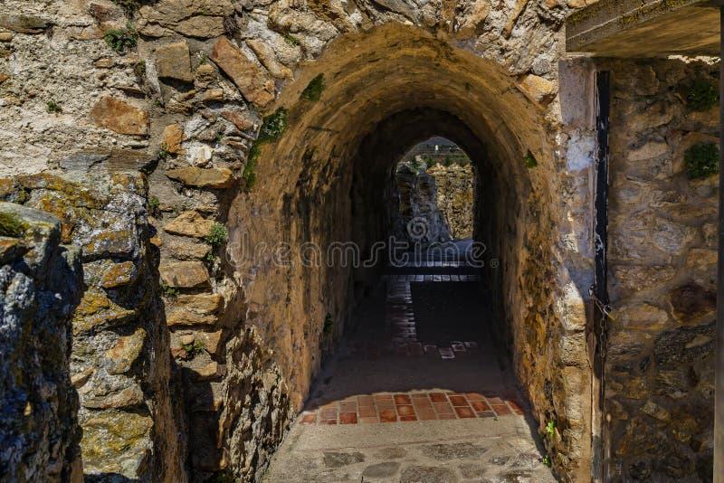 Passager i stenar väggen arkivbild