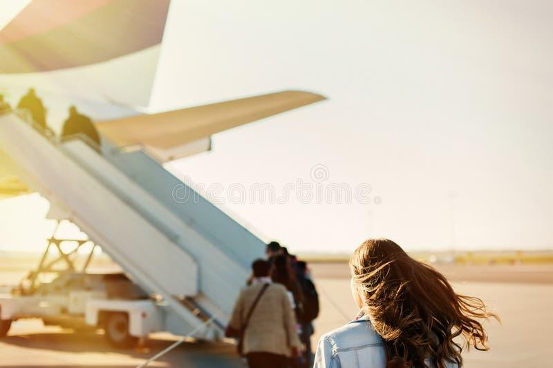 Passager que anda do terminal de aeroporto ao avião para a partida foto de stock royalty free