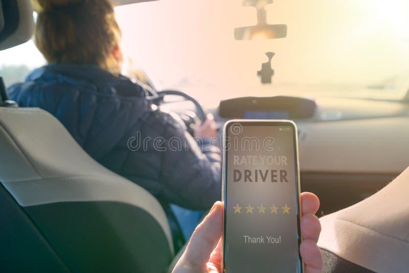 Passager utilisant l'appli futé de téléphone pour évaluer un taxi ou un pair moderne pour scruter conducteur ridesharing images stock