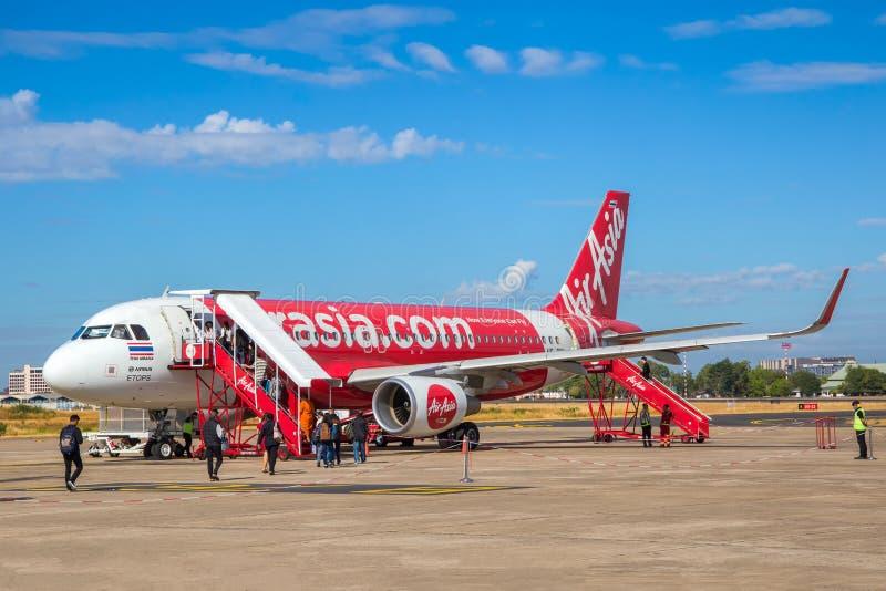 Passagerare är upp till en thailändsk luftAsien nivå på den Ubon Ratchathani flygplatsen arkivfoton