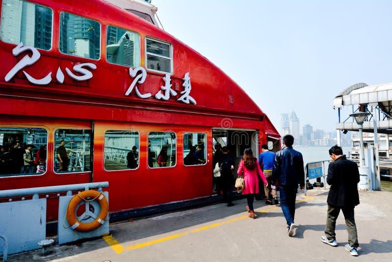 Passagerare får på en färja i Shanghai, Kina arkivfoton