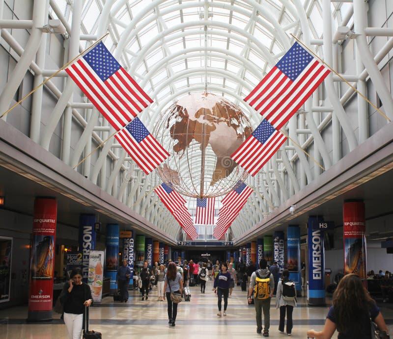 Passagerare går i patriotisk flygplats royaltyfri fotografi