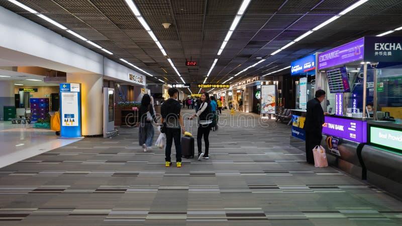 Passagerare går till porten i Donmueang den internationella flygplatsen royaltyfri fotografi