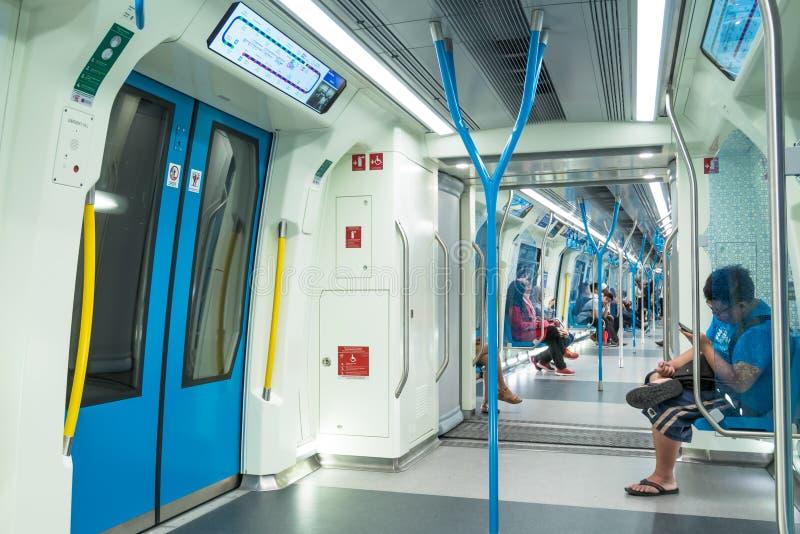Passagerare i den senaste MRT-masssnabba transporten MRT är det senaste systemet för offentligt trans. i den Klang dalen från Sun arkivbild