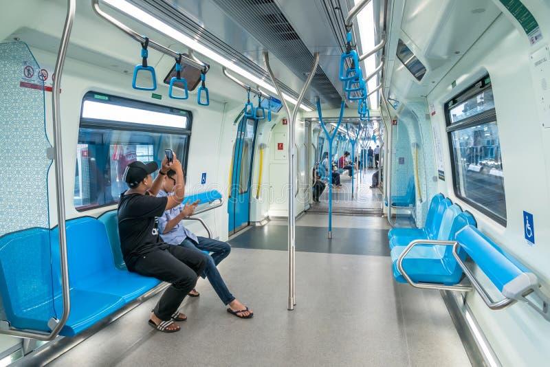 Passagerare i den senaste MRT-masssnabba transporten MRT är det senaste systemet för offentligt trans. i den Klang dalen från Sun royaltyfria bilder