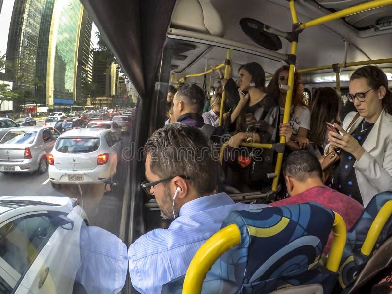Passagerare inom av bussen med trafikstockning i den Paulista avenyn, i cetral region av Sao Paulo royaltyfri foto