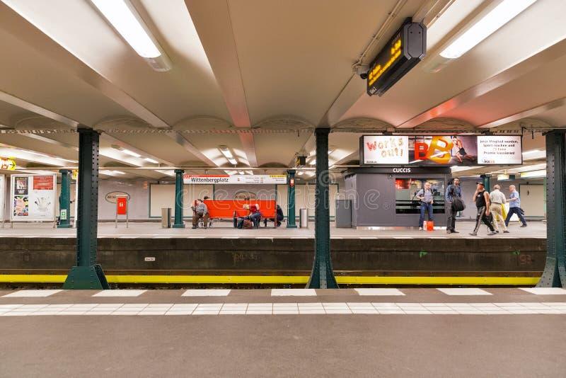 Passagerare inom av stationen f?r Wittenberg fyrkanttunnelbana i Berlin, Tyskland royaltyfri bild