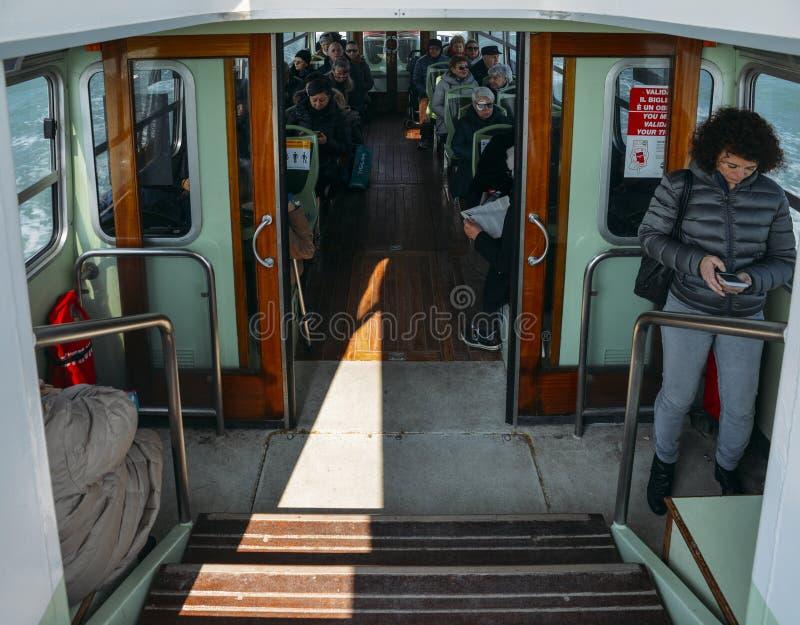 Passagerare inom ett ACTV-vatten bussar i Venedig royaltyfria bilder