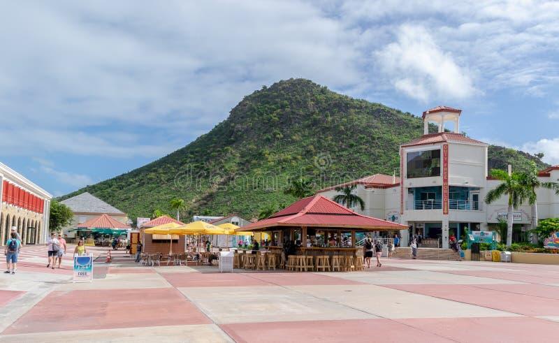 Passagerare inom terminalen för Philipsburg kryssningport i Sint Maarten med tullfri vara shoppar och annan diversehandel royaltyfri foto