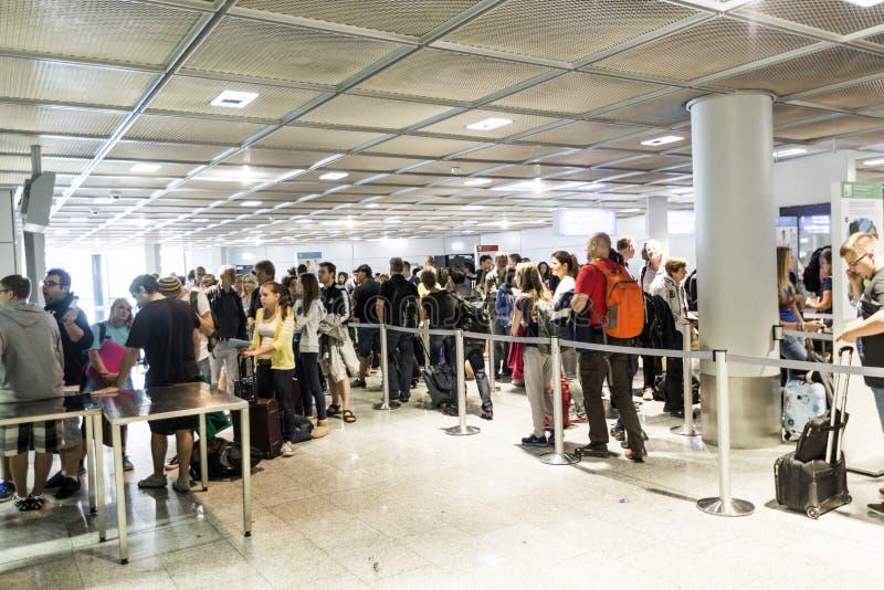 Passagerare köar i avvikelsekorridoren i den Frankfurt flygplatsen fotografering för bildbyråer