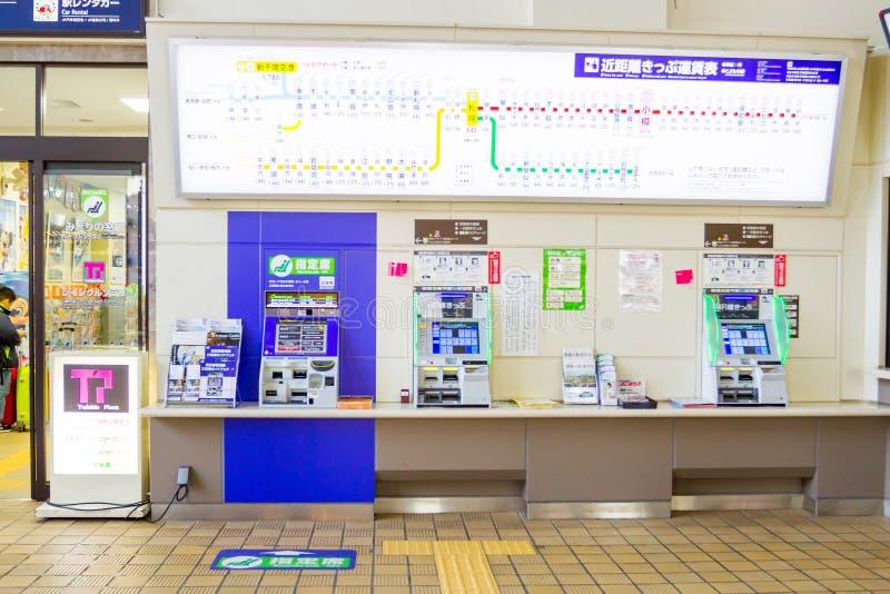 Passagerare köper biljetter från varuautomater arkivbilder