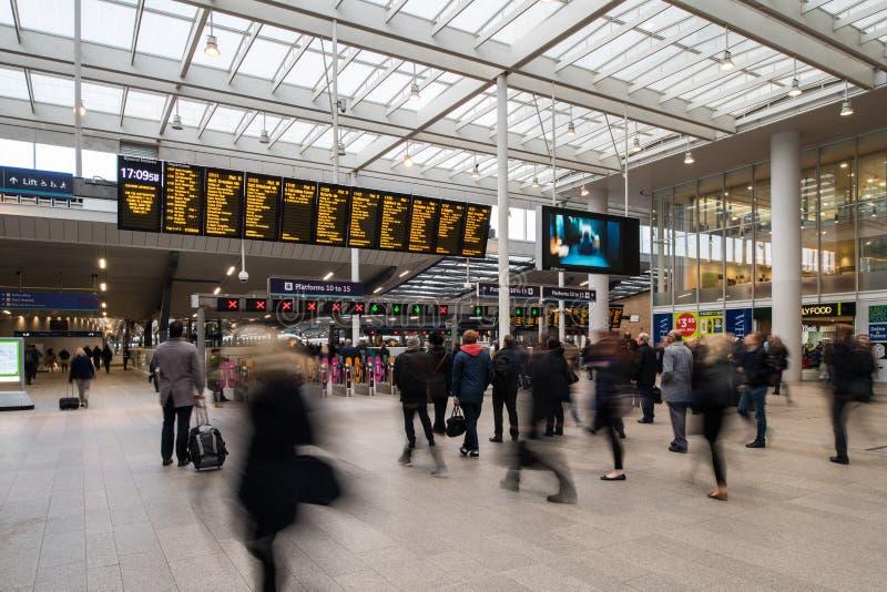Passagerare på den London brostationen arkivfoton