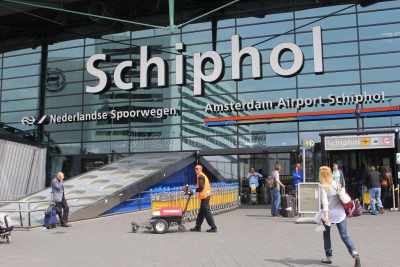 Passagerare på den Schiphol flygplatsen, Amsterdam, Nederländerna royaltyfri foto