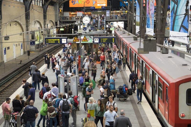 Passagerare på järnvägsstationen för strömförsörjning för Hamburg ` s arkivfoton