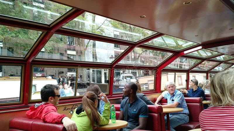 Passagerare på kanalen turnerar fartyget i Amsterdam arkivfoton