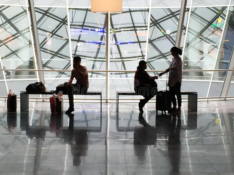Passagerare som ses i konturn som väntar i den Frankfurt flygplatsen royaltyfria bilder