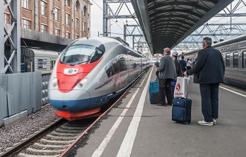 Passagerare som stiger ombord drevet som är sapsan på Moskvastationen royaltyfri foto