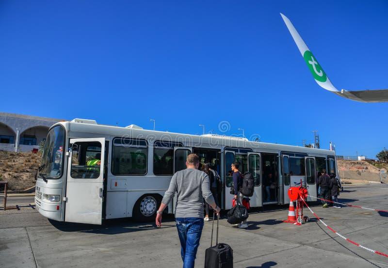 Passagerare som tar anslutningsbussen royaltyfri bild