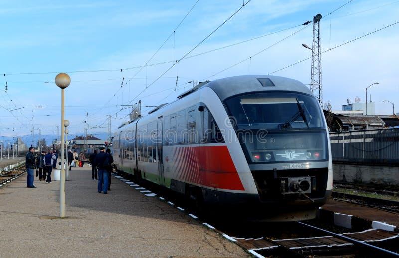 Passagerare som väntar drevet i Sofia Bulgaria, November 25, 2014 royaltyfria bilder
