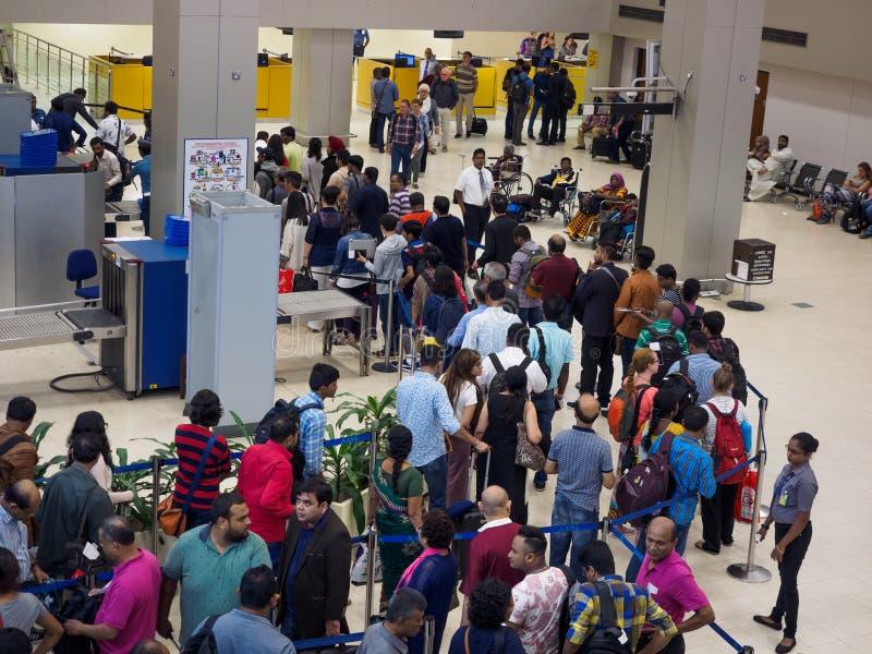 Passagerare som väntar i köen för säkerhetskontroll på Sri Lanka Bandaranaike den internationella flygplatsen arkivfoton