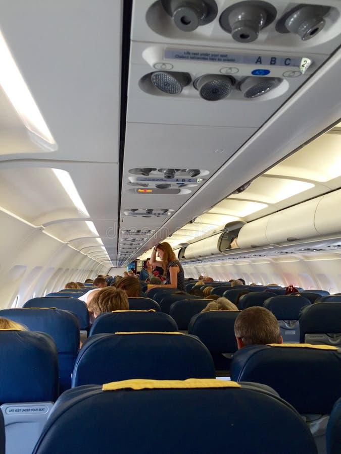Passagerare som väntar insidan ett försenat flygplan royaltyfri fotografi