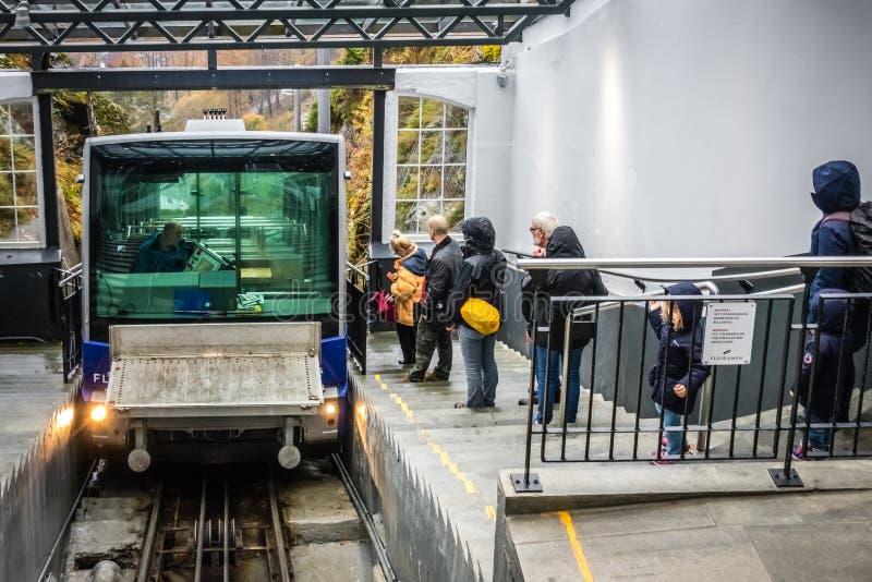 Passagerare som väntar på den Floibanen bergbanan fotografering för bildbyråer