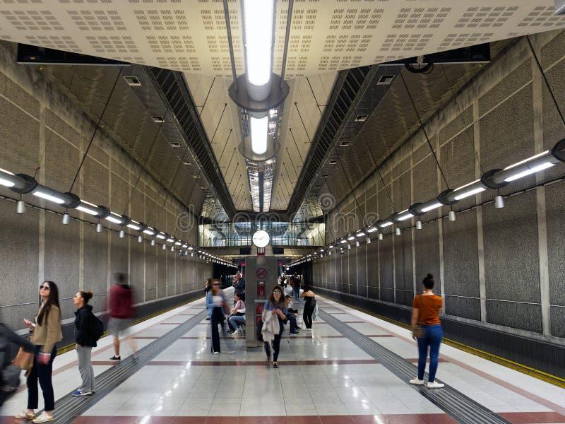Passagerare som väntar på den underjordiska tunnelbanastationen, Grekland arkivfoto