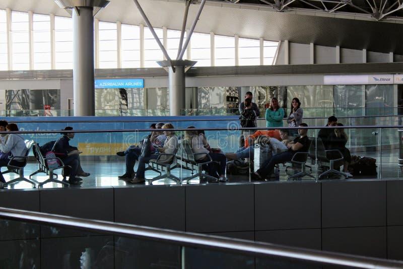 Passagerare som väntar på deras flyg på Moskva Vnukovo för internationell flygplats - Juli 2017 royaltyfri foto
