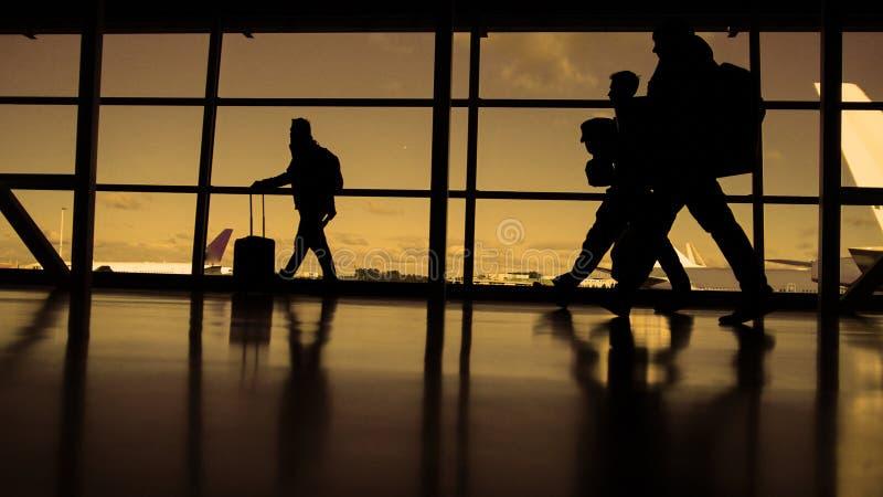 Passagerare som väntar till att stiga ombord En blå himmel för solig dag på bakgrunden, kontur som är varm arkivfoton