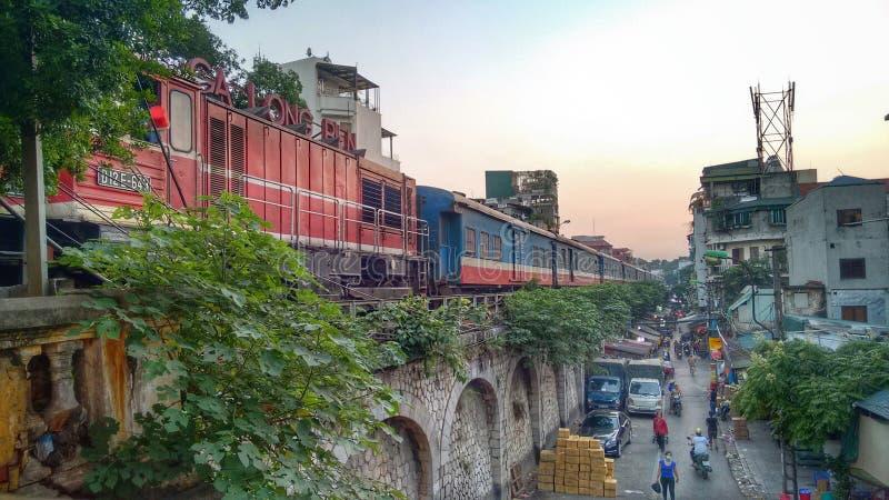 Passageraredrev med den tunga lokomotivet på stationen Hanoi långa Bien arkivfoto