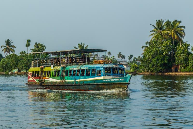 Passagerarefartyg i de Kerala avkrokarna av södra Indien royaltyfri bild
