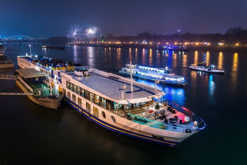 Passagerarefartyg med fyrverkerier i bakgrund royaltyfri foto