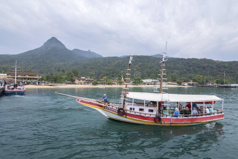 Passagerarefartyg som ankommer på den tropiska semesterorten arkivbild