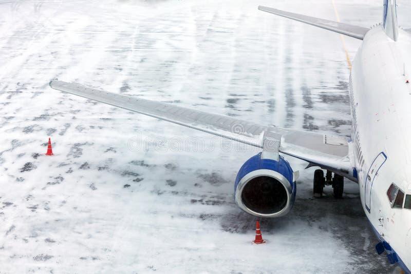 Passagerareflygplan på flygfältvinter royaltyfri bild
