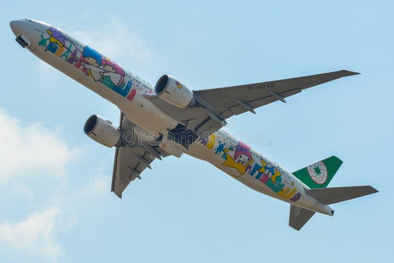 Passagerareflygplan som tar av från flygplats royaltyfri fotografi