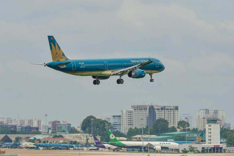 Passagerareflygplanflyg i himlen fotografering för bildbyråer
