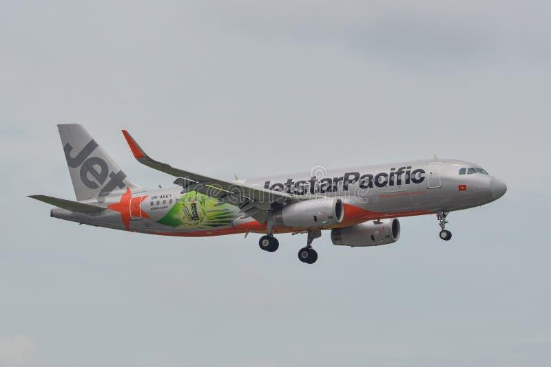 Passagerareflygplanflyg i himlen royaltyfria bilder