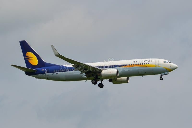 Passagerareflygplanlandning p? flygplatsen royaltyfria foton