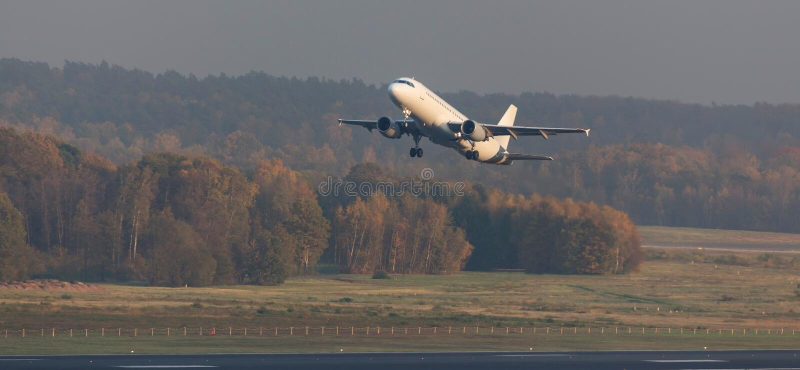 Passagerareflygplanstart från en aiport fotografering för bildbyråer