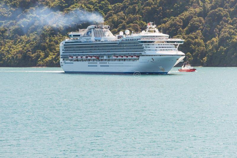 Passagerarekryssningskepp Diamond Princess nära Picton, Nya Zeeland royaltyfria foton