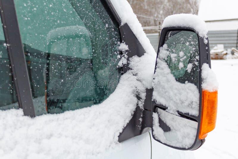 Passageraresidospegel av lastbilen som täckas med snö royaltyfri foto