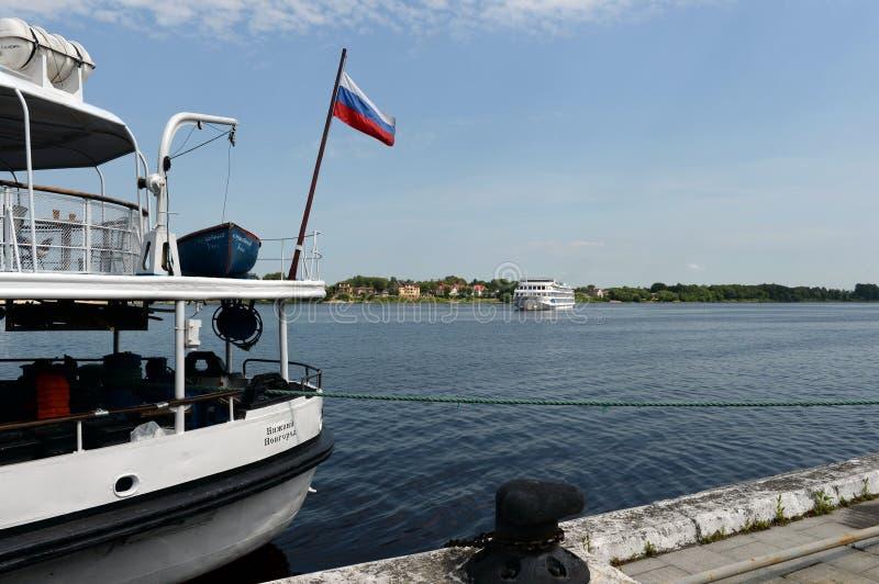Passagerareskepp på Volgaen i staden av Yaroslavl arkivbilder