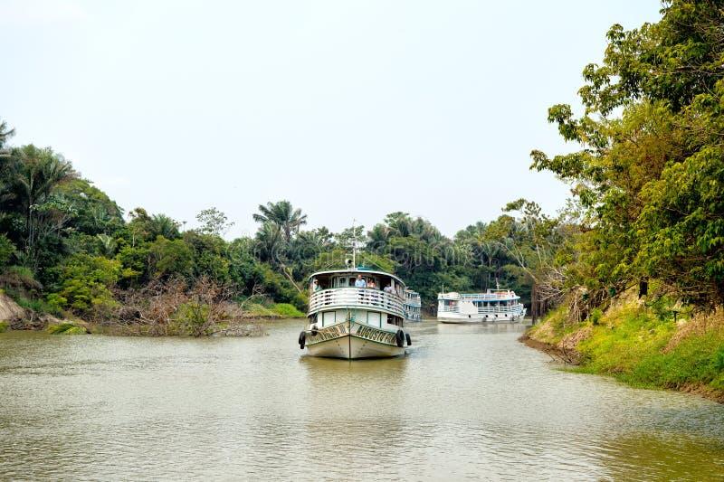 Passagerareskepp som svävar längs floden arkivbilder