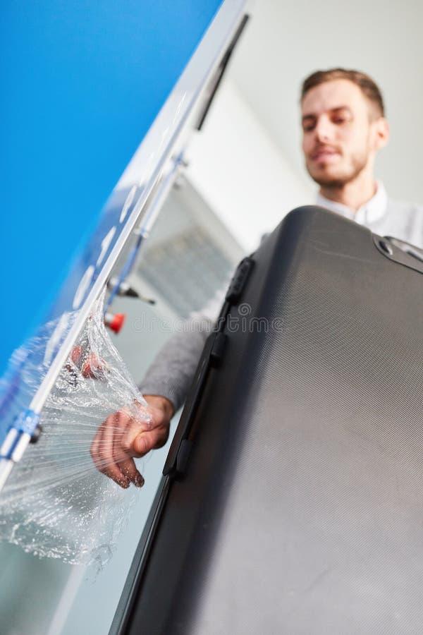 Passagerareskyddsremsor en resväska som skydd för resan royaltyfria foton