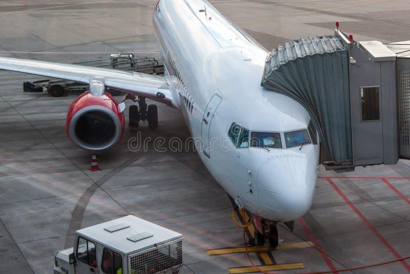 Passagerarflygplan laddar passagerare för flyget royaltyfri foto