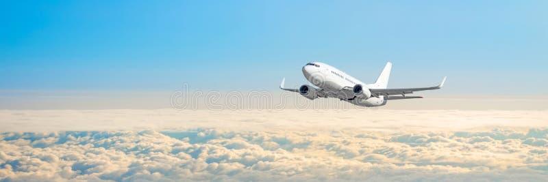 Passagerarflygplancloudscape med det vita flygplanet flyger i den mulna daghimlen, panoramasikt fotografering för bildbyråer