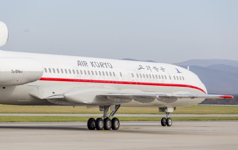 PassagerarflygplanTupolev Tu-154 av Air Koryo Nordkorea på landningsbana Flyg och trans. royaltyfri bild