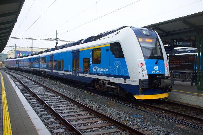 Passagerartåg på linjen Ceska Trebova - Brno Tågföretag i Tjeckien fotografering för bildbyråer