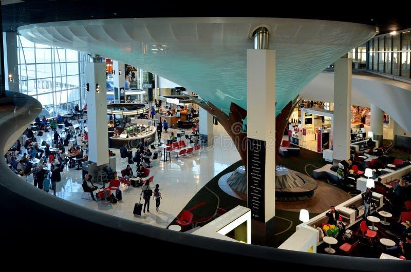 Passagers à l'aéroport international d'Auckland photographie stock libre de droits