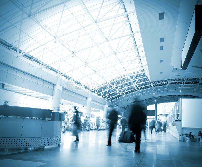 Passagers à l'intérieur de l'aéroport photos stock